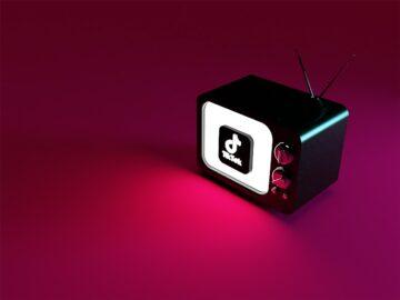 Logo di TikTok 3d su televisore - accordo tiktok sony: maggiore opportunità di engagement per le aziende - The Brick House